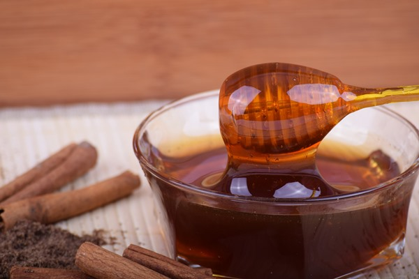Honey and cinnamon mix to relieve sore throat